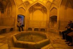 参观伊斯兰教的浴的未知的游人在卡里姆汗城堡  免版税库存照片
