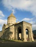参观修道院复合体的游人 库存图片