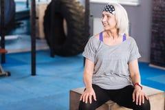 参观健身房的快乐的运动的妇女 库存照片