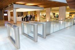 参观全国考古学博物馆的人们在马德里,西班牙 免版税库存照片