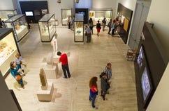 参观全国考古学博物馆的人们在马德里, 2014年10月18日的西班牙 免版税库存图片