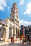 参观分裂的Unidentifed游人Diocletian的宫殿 免版税图库摄影