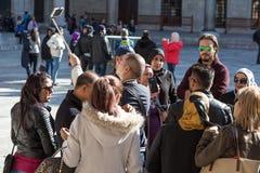 参观历史目的地的小组游人采取自画象 免版税库存照片