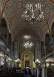 参观和拍摄synagoguTourists的内部的游人参观和拍摄犹太教堂的内部 库存图片