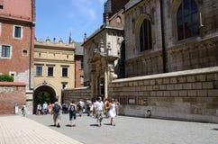 参观哥特式Wawel皇家城堡的游人在克拉科夫,波兰 图库摄影