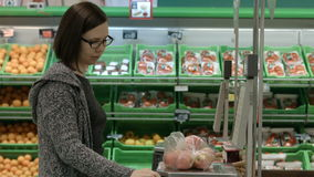 参观商店的一个少妇 股票录像