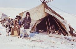 参观土著人民的遥控站的白种人妇女 免版税库存照片