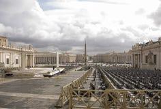 参观圣皮特圣徒・彼得的广场的游人 工作者清洗了区域 免版税图库摄影