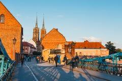 参观圣约翰的大教堂未认出的游人在弗罗茨瓦夫在波兰 库存照片