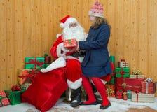 参观圣诞老人洞穴的女孩 免版税库存照片