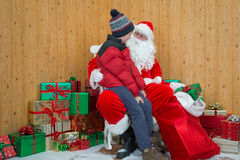 参观圣诞老人洞穴的男孩 免版税库存图片