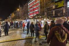 2017 - 参观圣诞节市场的人们和游人在瓦茨拉夫在布拉格摆正 免版税库存照片