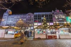 2017 - 参观圣诞节市场的人们和游人在瓦茨拉夫在布拉格摆正 免版税库存图片