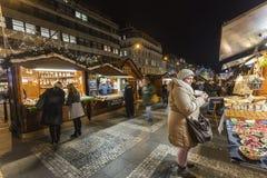 2018 - 参观圣诞节市场的人们和游人在瓦茨拉夫在布拉格摆正 库存照片