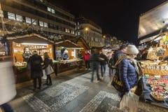 2018 - 参观圣诞节市场的人们和游人在瓦茨拉夫在布拉格摆正 免版税图库摄影
