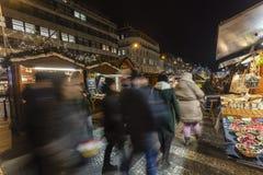 2017 - 参观圣诞节市场的人们和游人在瓦茨拉夫在布拉格摆正 图库摄影