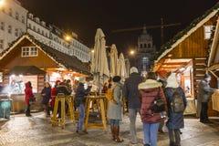 2017 - 参观圣诞节市场的人们和游人在瓦茨拉夫在布拉格摆正 免版税图库摄影