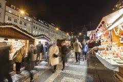 2017 - 参观圣诞节市场的人们和游人在瓦茨拉夫在布拉格摆正 库存照片