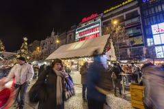 2017 - 参观圣诞节市场的人们和游人在瓦茨拉夫在布拉格摆正 库存图片