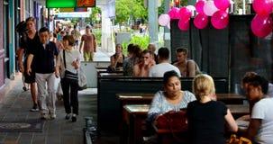 参观在石标昆士兰澳大利亚的人们 免版税图库摄影