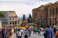 参观在罗马的一个历史部分的游人视域 库存照片
