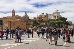 参观在罗马的一个历史部分的游人视域 免版税库存照片