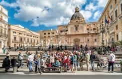 参观在羞辱正方形的游人比勒陀利亚喷泉在巴勒莫 圣诞老人Caterina教会在背景中 库存照片