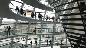 参观在Reichstag的屋顶的游人的时间间隔玻璃圆顶在柏林,德国 股票录像