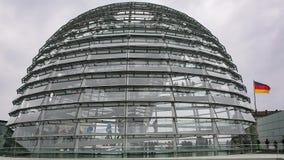 参观在Reichstag的屋顶的游人的时间间隔玻璃圆顶在柏林,德国 影视素材
