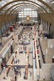 参观奥赛博物馆的展览的顾客  库存照片
