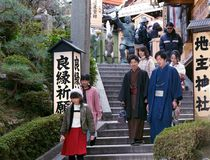 参观寺庙的年轻日本人 免版税库存图片