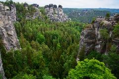 参观山的游人在撒克逊人的瑞士 库存照片