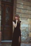 参观市中心的年轻美丽的妇女在一个晴天期间, 免版税图库摄影