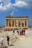 参观帕台农神庙大厦的游人在上城顶部,在雅典,希腊 免版税库存图片