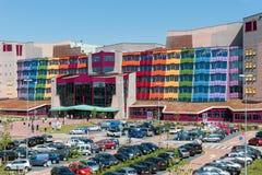 参观新的现代Isala医院的人们在兹沃勒,荷兰 免版税库存照片
