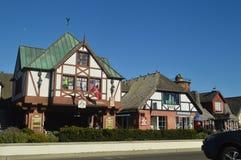参观有他们历史的丹麦的典型的Contructions的丹麦人建立的一个古雅Solvang村庄 免版税库存照片