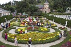 参观有许多的游人一个花卉庭院种类在Ba Na小山的五颜六色的花 免版税库存照片