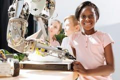 参观机器人学陈列的中学学生 免版税库存照片