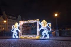 参观格但斯克与狮子的被阐明的框架在Stagiewny桥梁在晚上 免版税库存图片
