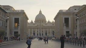 参观梵蒂冈的游人在罗马,从缓和,慢mo路的看法  股票录像