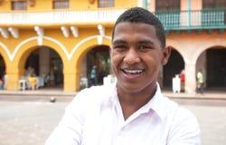 参观殖民地镇的年轻游人 免版税库存照片