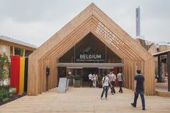 参观比利时亭子的人们在商展2105在米兰,意大利 免版税库存图片