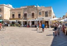 参观法维尼亚纳海岛的中心游人,是最大三个Aegadian海岛 图库摄影