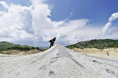 参观泥活火山的游人在Berca 免版税库存照片