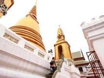 参观泰国寺庙的古老金黄塔的游人 免版税图库摄影