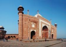 参观清真寺在泰姬陵,阿格拉,北方邦,印度的崇拜者 免版税图库摄影