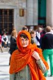 参观清真寺的欧洲女孩 免版税库存图片