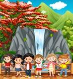参观瀑布的愉快的孩子 库存照片