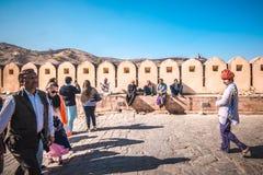 参观琥珀色的堡垒斋浦尔,印度的游人 免版税库存图片