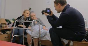 参观的年长祖母和做与她的照片 影视素材